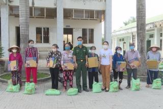 Đồn Biên phòng CKQT Mộc Bài tặng quà cho người nghèo Bến Cầu