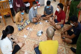 CA Gò Dầu: Bắt nhóm đánh bạc trong vườn sầu riêng