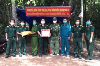 Bộ CHQS tỉnh: Tặng quà cho 25 chốt phòng, chống dịch Covid-19 tại Tân Biên