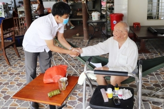 Tân Biên: Thăm, tặng quà gia đình lão thành cách mạng