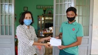 Tỉnh ủy Tây Ninh tặng quà cho đảng viên nghèo