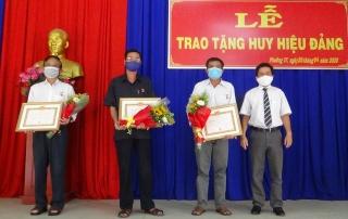 Thành phố Tây Ninh trao tặng Huy hiệu Đảng cho các Đảng viên ở phường IV