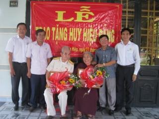 Chủ nhiệm UBKT Tỉnh uỷ trao Huy hiệu Đảng tại huyện Tân Biên