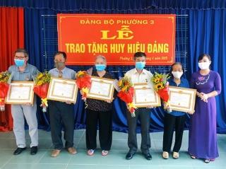 Thành ủy Tây Ninh tặng Huy hiệu Đảng tại phường 3