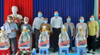 Đoàn ĐBQH Tây Ninh thăm, tặng quà các gia đình chính sách huyện Bến Cầu
