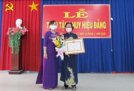 Trao Huy hiệu 40 năm tuổi Đảng cho đảng viên Nguyễn Thị Hoằng