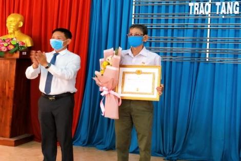 Thành ủy Tây Ninh tặng Huy hiệu 45 năm tuổi Đảng tại phường Hiệp Ninh