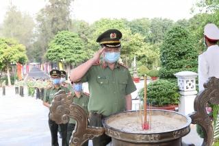 Thứ trưởng Bộ Công an viếng nghĩa trang liệt sĩ và thăm các gia đình chính sách tại Tây Ninh
