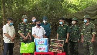 Tặng quà hỗ trợ công tác phòng chống dịch
