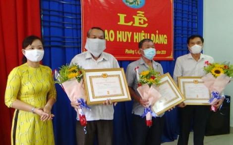 Trao tặng Huy hiệu Đảng cho 8 đảng viên Phường 1