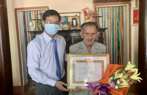 Phó Bí thư thường trực Tỉnh ủy trao Huy hiệu 70 năm tuổi Đảng tại Châu Thành