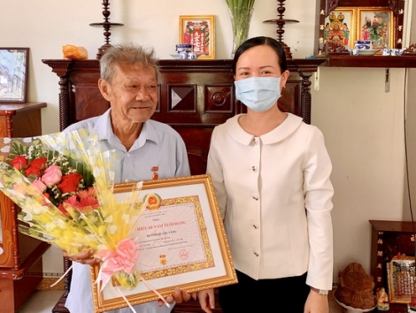 Trao Huy hiệu 60 năm tuổi Đảng cho 02 đảng viên