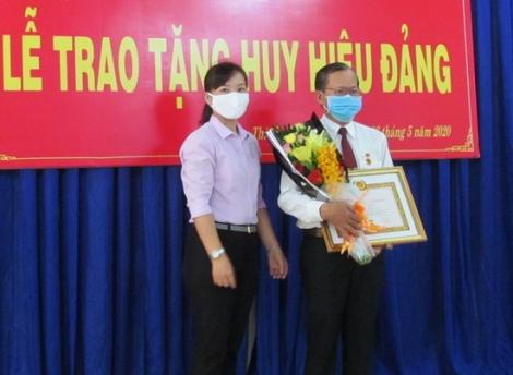 Phó Trưởng Ban Tuyên giáo Thành ủy Tây Ninh nhận Huy hiệu 30 năm tuổi Đảng
