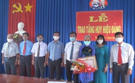 Trao Huy hiệu 55 tuổi Đảng cho đảng viên xã Thạnh Tây