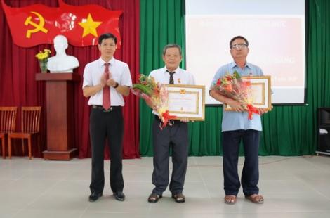 Trao tặng Huy hiệu 45 và 40 năm tuổi Đảng tại Gò Dầu