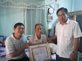 Trao Huy hiệu 55 năm tuổi Đảng cho Đảng viên cách mạng lão thành