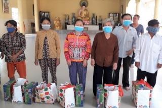 Xã Hảo Đước: Tặng quà cho hộ nghèo, khó khăn