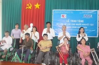 Trao 60 chiếc xe lắc, xe lăn cho người khuyết tật