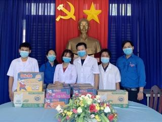 Chi đoàn CDC thăm, tặng quà Tổ Y tế làm nhiệm vụ tại khu cách ly K71