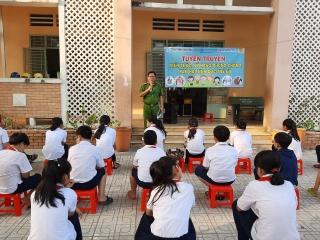 Xã Đôn Thuận: Tuyên truyền phòng chống xâm hại trẻ em và trao học bổng cho học sinh