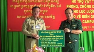 Tặng vật tư, trang bị y tế phòng, chống dịch cho lực lượng quản lý, bảo vệ biên giới Campuchia