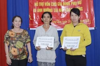 Hội LHPN phường Long Hoa: Trao vốn cho phụ nữ khó khăn