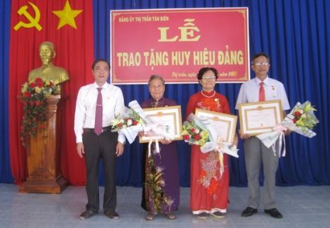 Tân Biên trao huy hiệu 45, 40 năm tuổi Đảng