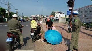 Phường Ninh Sơn: Làm việc với người phụ nữ bồng con bán vé số giữa trời nắng