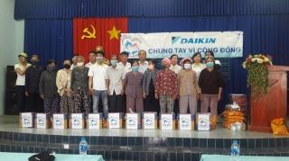 Phường An Tịnh: Tặng quà cho hộ nghèo, người nhiễm chất độc da cam