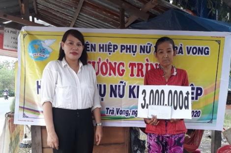 Trao vốn khởi nghiệp cho phụ nữ nghèo xã Trà Vong