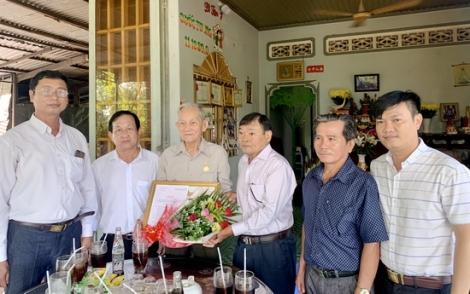 Trưởng Ban Dân vận Tỉnh ủy trao Huy hiệu 60 năm tuổi Đảng