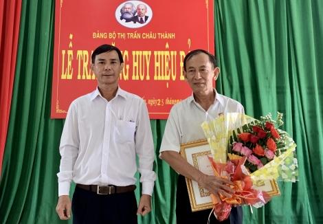 Trao huy hiệu 50, 45, 40 và 30 năm tuổi Đảng.