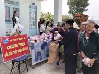 Trao học bổng cho học sinh nghèo hiếu học và thực hiện chương trình đổi rác thải nhựa lấy quà