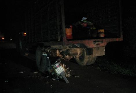 Tân Biên:Xe honđa đâm vào đuôi xe máy kéo, 1 người tử vong