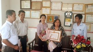 Trao tặng Huy hiệu 45 năm tuổi Đảng tại phường Hiệp Ninh