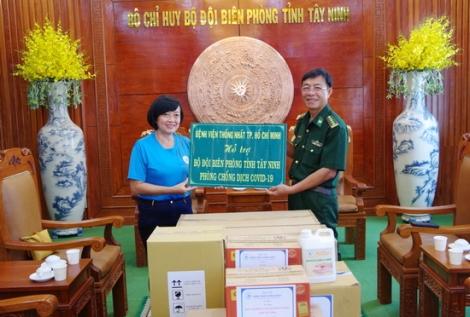 Bệnh viện Thống Nhất tặng vật tư y tế cho BĐBP Tây Ninh
