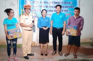 Huyện đoàn Bến Cầu: Tuyên truyền ATGT và trao quà cho thanh niên có hoàn cảnh khó khăn