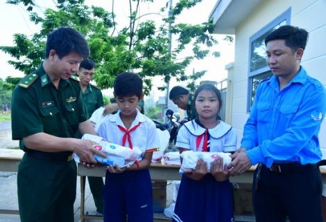 Đoàn Thanh niên, Hội phụ nữ BĐBP và Huyện đoàn Bến Cầu tặng quà nhân ngày 1.6