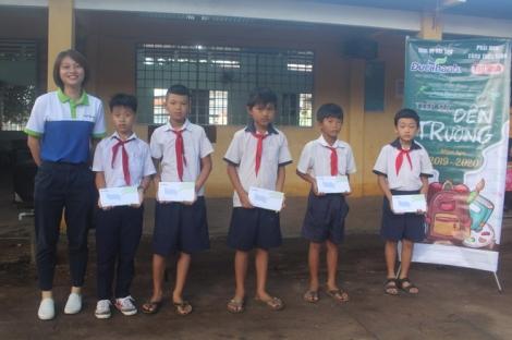 Trao học bổng Tiếp sức đến trường cho học sinh huyện Gò Dầu.