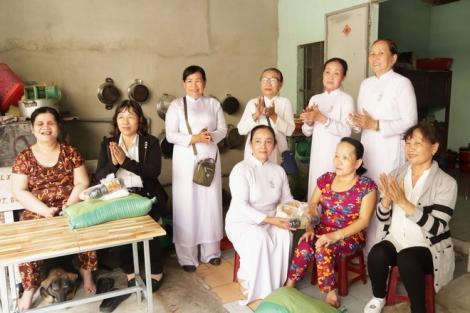 Tổ Phụ nữ Tôn giáo Phường Long Hoa: Tặng quà cho phụ nữ khuyết tật