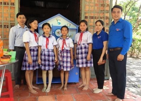 Trao tặng góc học tập và quà cho học sinh nghèo