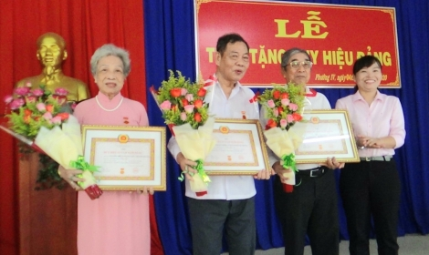Trao Huy hiệu Đảng cho đảng viên tại phường IV