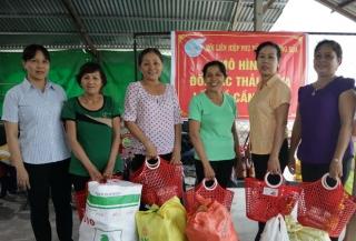 """Hội LHPN xã Trường Hoà: Tổ chức chương trình Đổi rác thải nhựa lấy quà và trao học bổng """"Tiếp sức đến trường"""""""