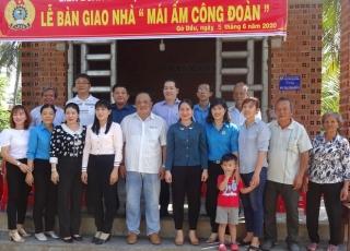 """Tặng """"Mái ấm Công đoàn"""" tại Gò Dầu"""