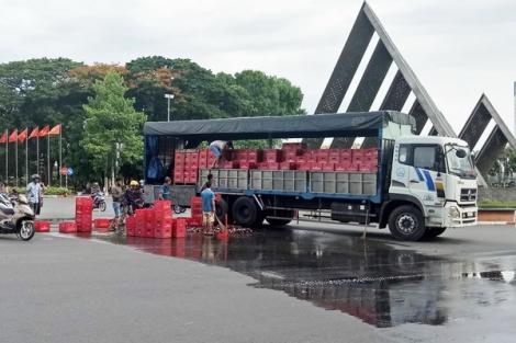 Xe tải chở bia bị đổ ra đường