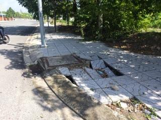 Vỉa hè đường Trường Chinh bị sụt lún