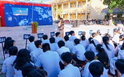 Thành phố Tây Ninh tuyên truyền an toàn giao thông cho hơn 1.200 học sinh trường THPT Trần Đại Nghĩa