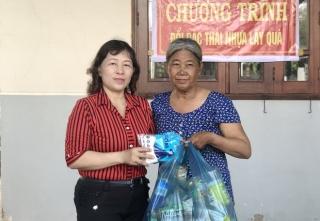 Phụ nữ phường Long Hoa tham gia đổi rác thải nhựa lấy quà