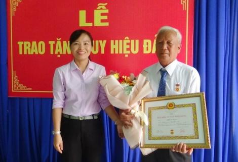 Trao Huy hiệu 55 năm tuổi Đảng tại phường Ninh Thạnh