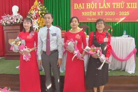 Đại hội Chi bộ Phòng Tài chính-Kế hoạch, trao tặng Huy hiệu  Đảng tại xã Mỏ Công